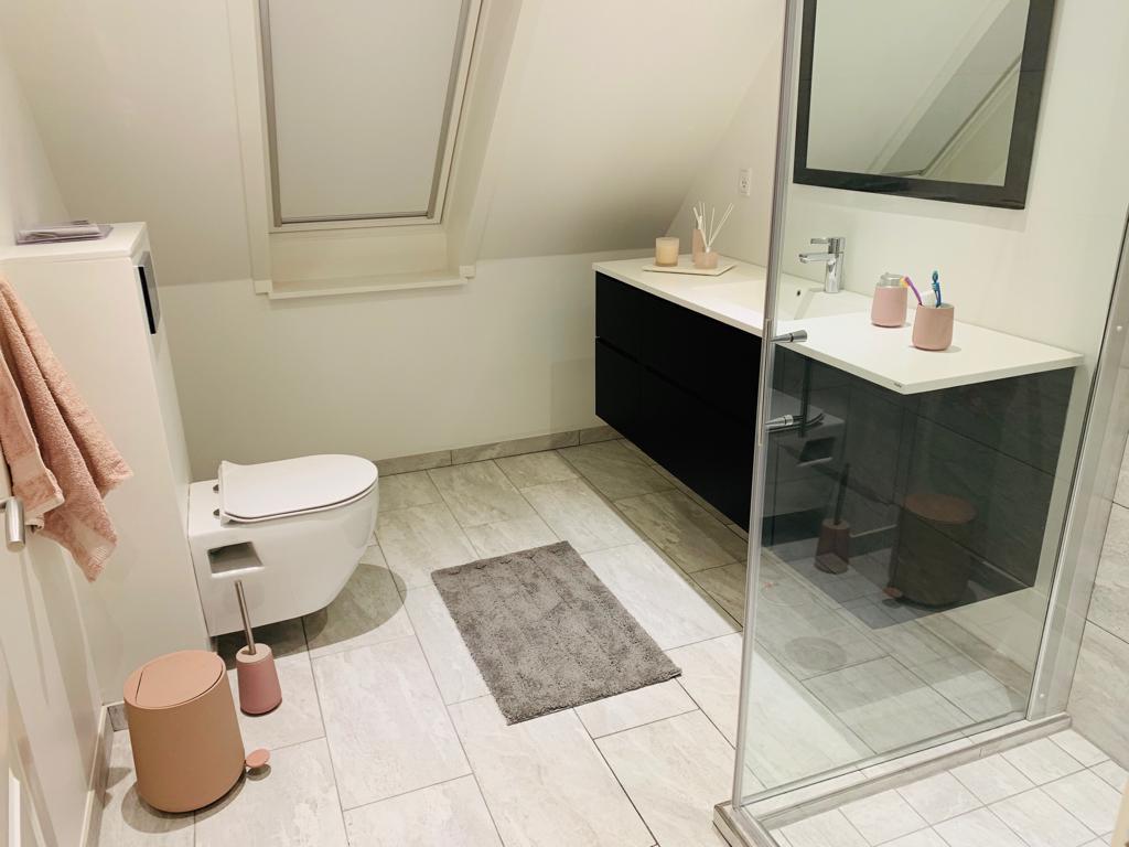 Badeværelse med nye fliser
