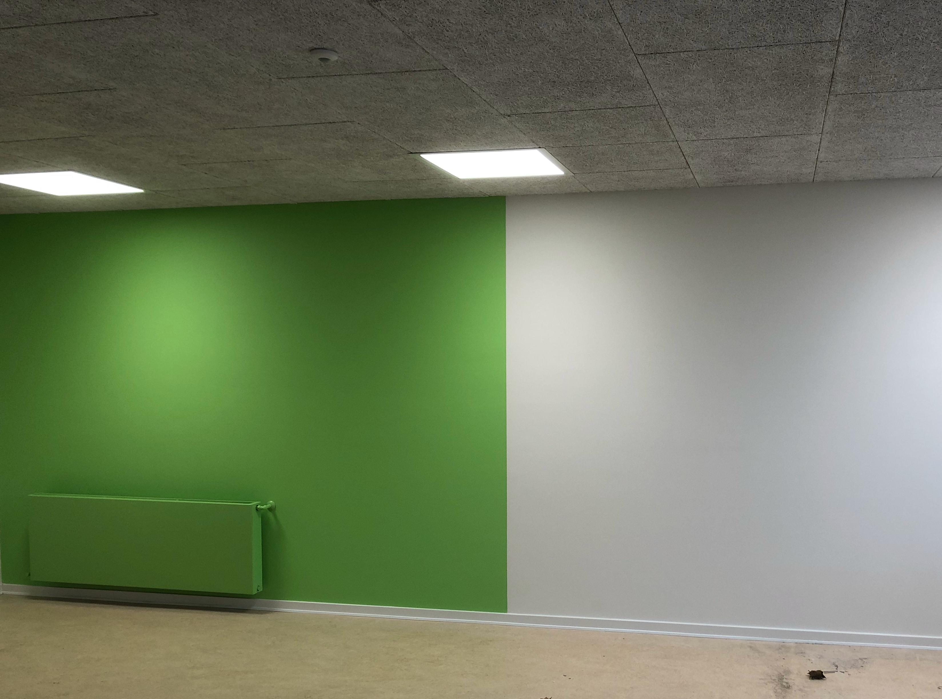 Nymalet grøn væg på skole